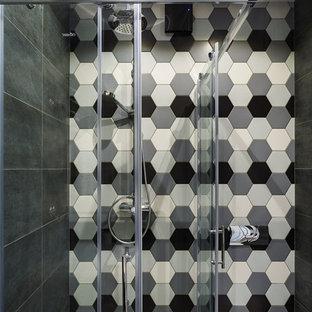 Неиссякаемый источник вдохновения для домашнего уюта: маленькая ванная комната в стиле лофт с черной плиткой, разноцветной плиткой, черно-белой плиткой, керамогранитной плиткой, душевой кабиной, душем с раздвижными дверями и угловым душем