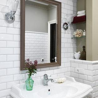 На фото: ванная комната в стиле неоклассика (современная классика) с белой плиткой, плиткой кабанчик, серыми стенами и подвесной раковиной
