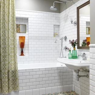 На фото: главные ванные комнаты в стиле современная классика с ванной в нише, душем над ванной, белой плиткой, плиткой кабанчик, серыми стенами, подвесной раковиной, разноцветным полом и шторкой для душа