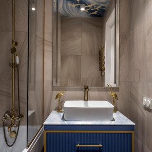 Идея дизайна: маленькая ванная комната в современном стиле с фасадами островного типа, синими фасадами, душем в нише, бежевой плиткой, керамогранитной плиткой, душевой кабиной, настольной раковиной, серой столешницей, тумбой под одну раковину и встроенной тумбой