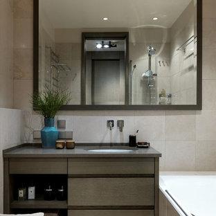Ispirazione per una stanza da bagno padronale design di medie dimensioni con ante lisce, ante in legno scuro, piastrelle beige, pavimento beige, vasca ad alcova, vasca/doccia, lavabo sottopiano e top grigio