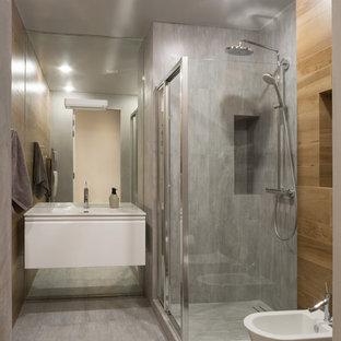 Foto di una stanza da bagno con doccia contemporanea con ante lisce, ante bianche, doccia ad angolo, bidè, piastrelle grigie, lavabo integrato e pavimento grigio