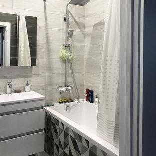 Пример оригинального дизайна: ванная комната в современном стиле с плоскими фасадами, белыми фасадами, ванной в нише, душем над ванной, серой плиткой, консольной раковиной, серым полом, шторкой для ванной, тумбой под одну раковину и подвесной тумбой