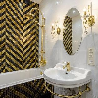 Новые идеи обустройства дома: главная ванная комната в классическом стиле с открытыми фасадами, ванной в нише, душем над ванной, белой плиткой, желтой плиткой, черной плиткой, мраморным полом и консольной раковиной