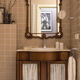На фото: большая ванная комната в классическом стиле с бежевой плиткой, керамической плиткой, мраморным полом, мраморной столешницей, белым полом, фасадами островного типа, фасадами цвета дерева среднего тона, накладной раковиной и бежевой столешницей