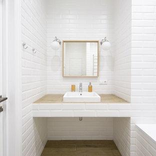 Неиссякаемый источник вдохновения для домашнего уюта: главная ванная комната в современном стиле с белой плиткой, плиткой кабанчик, накладной раковиной, бежевой столешницей, накладной ванной, белыми стенами, паркетным полом среднего тона, столешницей из дерева и бежевым полом