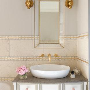 Пример оригинального дизайна интерьера: маленькая главная ванная комната в стиле современная классика с белыми фасадами, бежевой плиткой, мраморной плиткой, бежевыми стенами, столешницей из кварцита, фасадами с утопленной филенкой и настольной раковиной