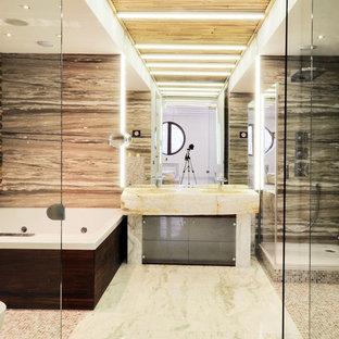 На фото: главные ванные комнаты в современном стиле с гидромассажной ванной, угловым душем и бежевой плиткой