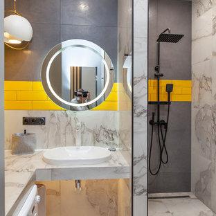 Свежая идея для дизайна: маленькая ванная комната в современном стиле с белой плиткой, серой плиткой, желтой плиткой, душевой кабиной, накладной раковиной, белым полом, белой столешницей, открытым душем, плиткой кабанчик, разноцветными стенами и открытым душем - отличное фото интерьера