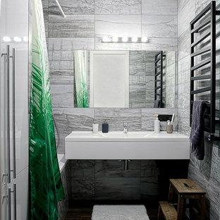 Неиссякаемый источник вдохновения для домашнего уюта: маленькая главная ванная комната в современном стиле с плоскими фасадами, белыми фасадами, душем над ванной, серой плиткой, монолитной раковиной, шторкой для душа и белой столешницей