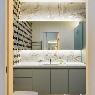 На фото: ванная комната в современном стиле с плоскими фасадами, серыми фасадами, душем в нише, раздельным унитазом, душевой кабиной и серым полом с