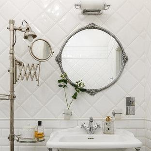 Новый формат декора квартиры: ванная комната в классическом стиле с белой плиткой, плиткой кабанчик и консольной раковиной