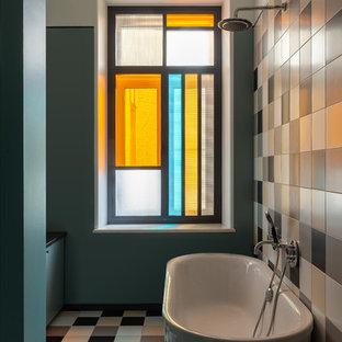 Пример оригинального дизайна: маленькая главная ванная комната в стиле фьюжн с отдельно стоящей ванной, душем над ванной, разноцветной плиткой, керамической плиткой, полом из керамогранита, разноцветным полом, зелеными стенами и открытым душем