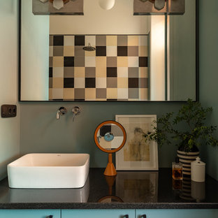 Стильный дизайн: маленькая главная ванная комната в стиле фьюжн с плоскими фасадами, бирюзовыми фасадами, разноцветной плиткой, керамической плиткой, настольной раковиной, столешницей из гранита, черной столешницей и зелеными стенами - последний тренд