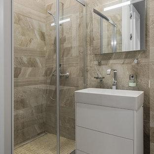Идея дизайна: ванная комната среднего размера в современном стиле с душем в нише, бежевой плиткой, керамогранитной плиткой, полом из керамогранита, душевой кабиной, бежевым полом, душем с распашными дверями, плоскими фасадами, белыми фасадами и монолитной раковиной