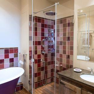 Immagine di una stanza da bagno padronale bohémian con ante in stile shaker, ante in legno bruno, vasca con piedi a zampa di leone, doccia alcova, piastrelle rosse, pareti beige e lavabo sottopiano