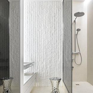 На фото: ванные комнаты в современном стиле с белыми фасадами, душем в нише, душевой кабиной, подвесной раковиной и бежевым полом