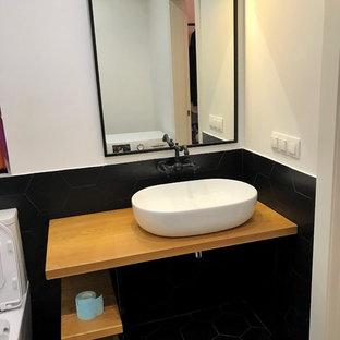 Удачное сочетание для дизайна помещения: главная ванная комната среднего размера в скандинавском стиле с накладной раковиной, столешницей из дерева и красной столешницей - самое интересное для вас