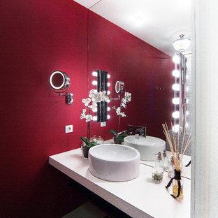 Immagine di una piccola stanza da bagno padronale tradizionale con nessun'anta, vasca ad alcova, WC sospeso, piastrelle bianche, piastrelle diamantate, pareti rosse, pavimento in gres porcellanato, lavabo da incasso, top piastrellato e pavimento multicolore