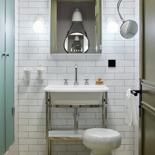 Стильный дизайн: ванная комната среднего размера в скандинавском стиле с белой плиткой, керамической плиткой, полом из цементной плитки, бежевым полом, душем с распашными дверями, душем в нише, душевой кабиной и консольной раковиной - последний тренд