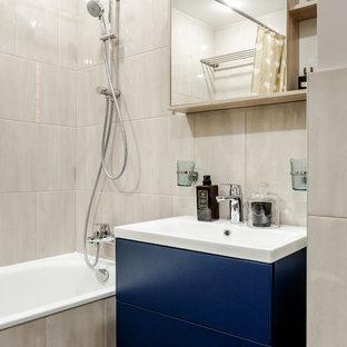 Свежая идея для дизайна: главная ванная комната в современном стиле с плоскими фасадами, синими фасадами, ванной в нише, душем над ванной, серой плиткой, монолитной раковиной и шторкой для ванной - отличное фото интерьера