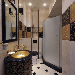 Mittelgroßes Klassisches Badezimmer mit flächenbündigen Schrankfronten, Wandtoilette, schwarz-weißen Fliesen, Terrakottafliesen, beiger Wandfarbe, Marmorboden, Unterbauwaschbecken, Marmor-Waschbecken/Waschtisch und blauen Schränken in Moskau