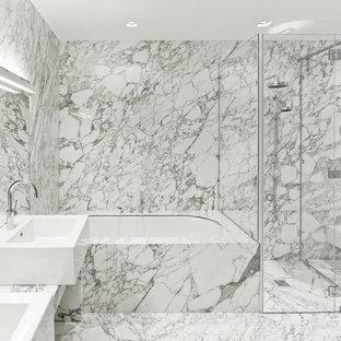 Идея дизайна: главная ванная комната в современном стиле с полновстраиваемой ванной, душем без бортиков, биде, серой плиткой, настольной раковиной, серым полом, душем с распашными дверями и серой столешницей