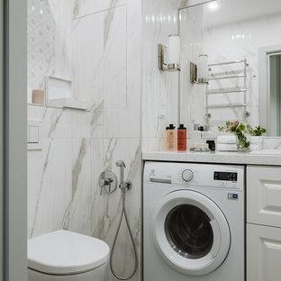 Свежая идея для дизайна: ванная комната среднего размера в стиле неоклассика (современная классика) с фасадами с выступающей филенкой, белыми фасадами, инсталляцией, белой плиткой, керамогранитной плиткой, белыми стенами, полом из керамогранита, столешницей из искусственного кварца, серым полом, белой столешницей, накладной раковиной и гигиеническим душем - отличное фото интерьера