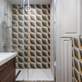 Новые идеи обустройства дома: ванная комната в современном стиле с темными деревянными фасадами, душем в нише, душевой кабиной, душем с раздвижными дверями, фасадами в стиле шейкер, разноцветной плиткой, монолитной раковиной, бежевым полом и белой столешницей