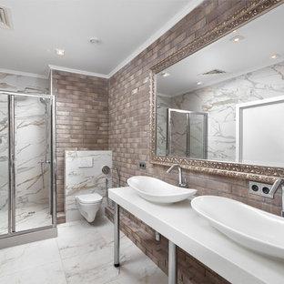 Пример оригинального дизайна: главная ванная комната в современном стиле с угловым душем, унитазом-моноблоком, настольной раковиной, душем с распашными дверями и белой столешницей