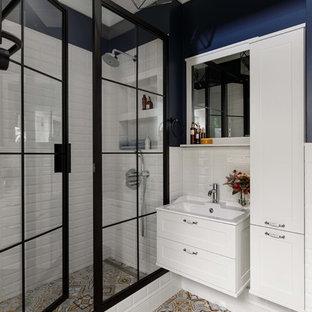 Идея дизайна: ванная комната среднего размера в стиле современная классика с белой плиткой, керамической плиткой, полом из керамической плитки, душевой кабиной, разноцветным полом, синими стенами, душем с распашными дверями, фасадами в стиле шейкер, белыми фасадами и консольной раковиной