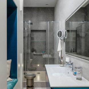 Immagine di una stanza da bagno con doccia contemporanea con ante turchesi, doccia alcova, pareti grigie, lavabo integrato, pavimento grigio, porta doccia a battente e top bianco