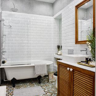 Свежая идея для дизайна: главная ванная комната в стиле фьюжн с фасадами с филенкой типа жалюзи, фасадами цвета дерева среднего тона, ванной на ножках, душем над ванной, раздельным унитазом, белой плиткой, разноцветной плиткой, плиткой кабанчик, серыми стенами, настольной раковиной и открытым душем - отличное фото интерьера