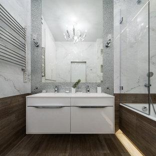 Свежая идея для дизайна: ванная комната среднего размера в современном стиле с плоскими фасадами, белыми фасадами, ванной в нише, коричневой плиткой, серой плиткой, душевой кабиной, монолитной раковиной, коричневым полом, открытым душем, белой столешницей, тумбой под две раковины и подвесной тумбой - отличное фото интерьера