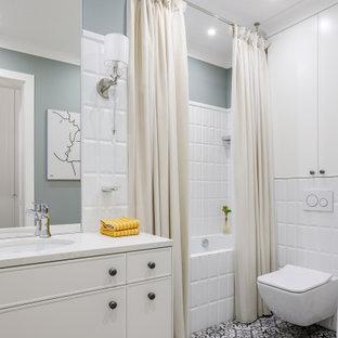 На фото: ванная комната в классическом стиле с