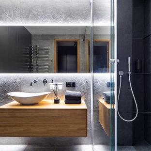 Стильный дизайн: маленькая ванная комната в современном стиле с плоскими фасадами, фасадами цвета дерева среднего тона, открытым душем, серой плиткой, настольной раковиной, столешницей из дерева, серым полом, открытым душем, коричневой столешницей, тумбой под одну раковину и подвесной тумбой - последний тренд