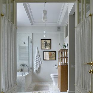 Imagen de cuarto de baño tradicional, de tamaño medio, con bañera esquinera, combinación de ducha y bañera, paredes blancas, suelo de mármol y ducha abierta
