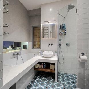 Свежая идея для дизайна: главная ванная комната в современном стиле с полновстраиваемой ванной, душем без бортиков, белой плиткой, настольной раковиной, синим полом и душем с распашными дверями - отличное фото интерьера