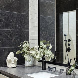 Неиссякаемый источник вдохновения для домашнего уюта: ванная комната в стиле современная классика с плоскими фасадами, белой плиткой, серой плиткой, врезной раковиной и белыми фасадами
