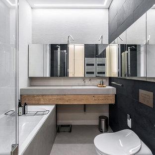 Пример оригинального дизайна: главная ванная комната в современном стиле с плоскими фасадами, фасадами цвета дерева среднего тона, душем над ванной, инсталляцией, черной плиткой и белыми стенами