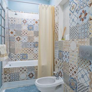 Неиссякаемый источник вдохновения для домашнего уюта: главная ванная комната в современном стиле с ванной в нише, душем над ванной, биде, разноцветной плиткой, синими стенами, белым полом и шторкой для душа