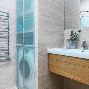 Пример оригинального дизайна: ванная комната в современном стиле с плоскими фасадами, фасадами цвета дерева среднего тона, монолитной раковиной, бежевым полом, угловым душем, бежевой плиткой, бежевыми стенами, душевой кабиной и белой столешницей