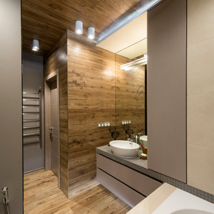 Идея дизайна: главная ванная комната в современном стиле с плоскими фасадами, серыми фасадами, настольной раковиной, бежевой плиткой и паркетным полом среднего тона