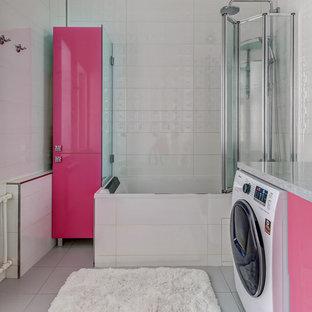 На фото: главные ванные комнаты в современном стиле с плоскими фасадами, душем над ванной, белой плиткой, врезной раковиной, серым полом и серой столешницей