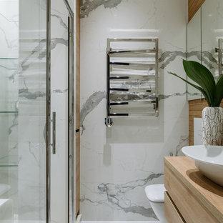 Пример оригинального дизайна: ванная комната в белых тонах с отделкой деревом в современном стиле