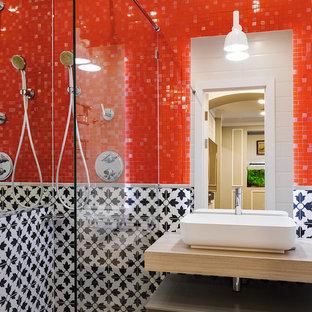 Пример оригинального дизайна интерьера: ванная комната в современном стиле с плоскими фасадами, серыми фасадами, красной плиткой, черно-белой плиткой, плиткой мозаикой, душевой кабиной, настольной раковиной, разноцветным полом и бежевой столешницей