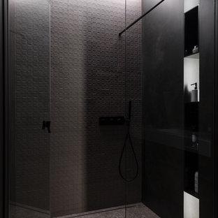 Новые идеи обустройства дома: ванная комната в современном стиле с серым полом, серой плиткой, душевой кабиной, душем с распашными дверями и душем без бортиков