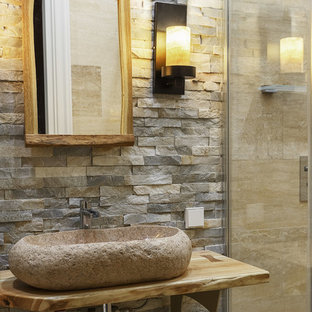 Пример оригинального дизайна интерьера: маленькая ванная комната в стиле рустика с душевой кабиной, настольной раковиной, столешницей из дерева и бежевой столешницей