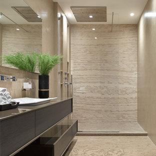 Неиссякаемый источник вдохновения для домашнего уюта: ванная комната в современном стиле с плоскими фасадами, темными деревянными фасадами, душем в нише, бежевой плиткой, душевой кабиной, настольной раковиной, бежевыми стенами и открытым душем