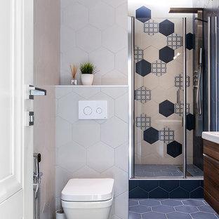 На фото: ванная комната в современном стиле с бежевой плиткой, синей плиткой, разноцветными стенами и синим полом с